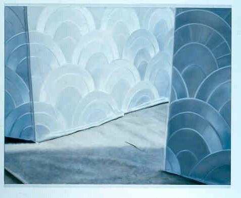 Silberfarbene Tapete, Beiger Teppich